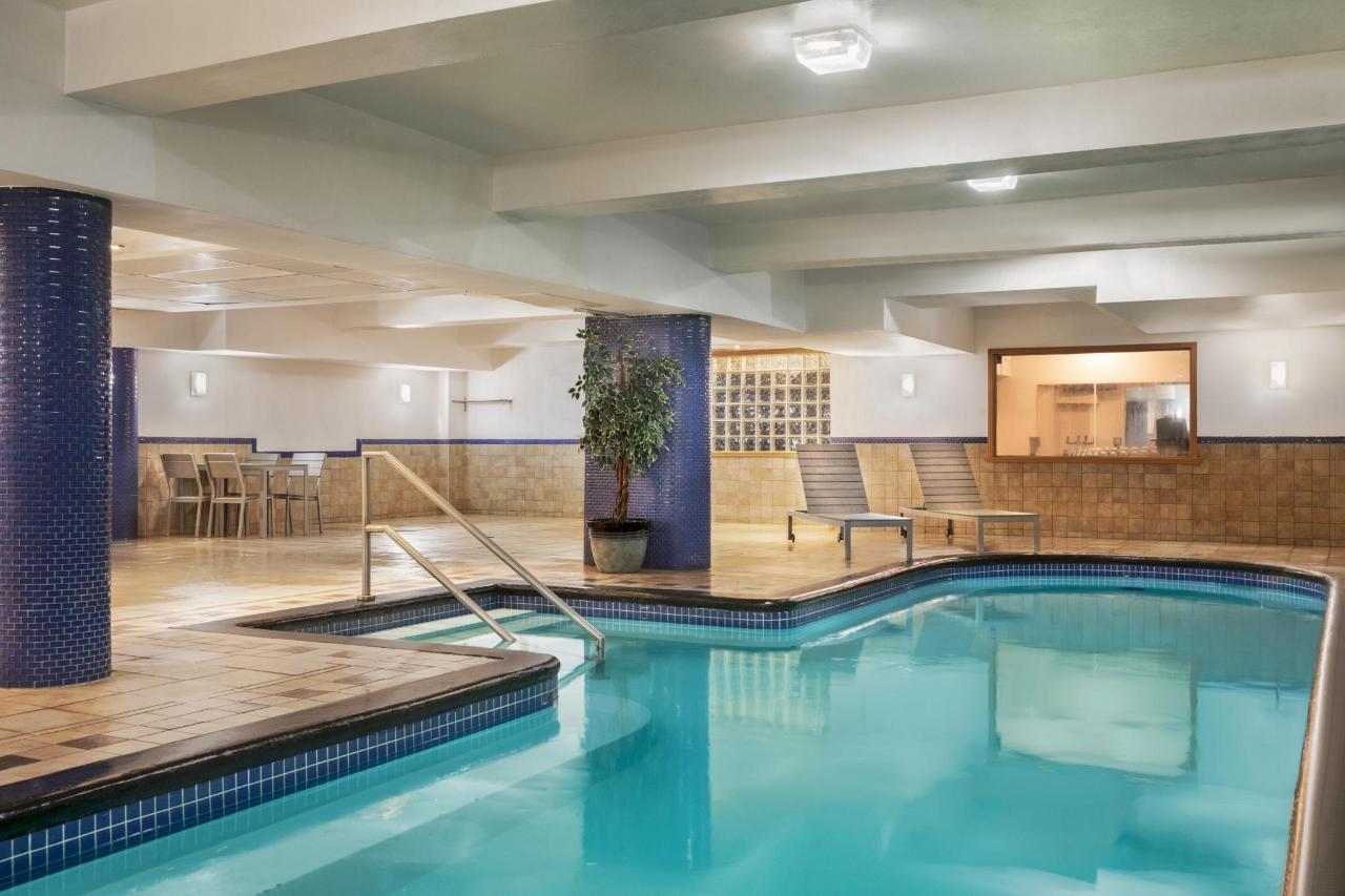 Ramada Montreal - Pool - 1284214.jpg
