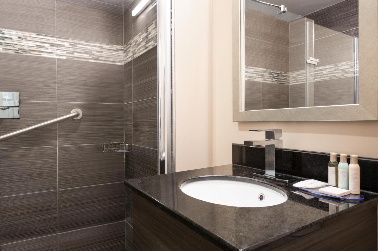 Ramada Montreal - Bathroom - 1284152.jpg