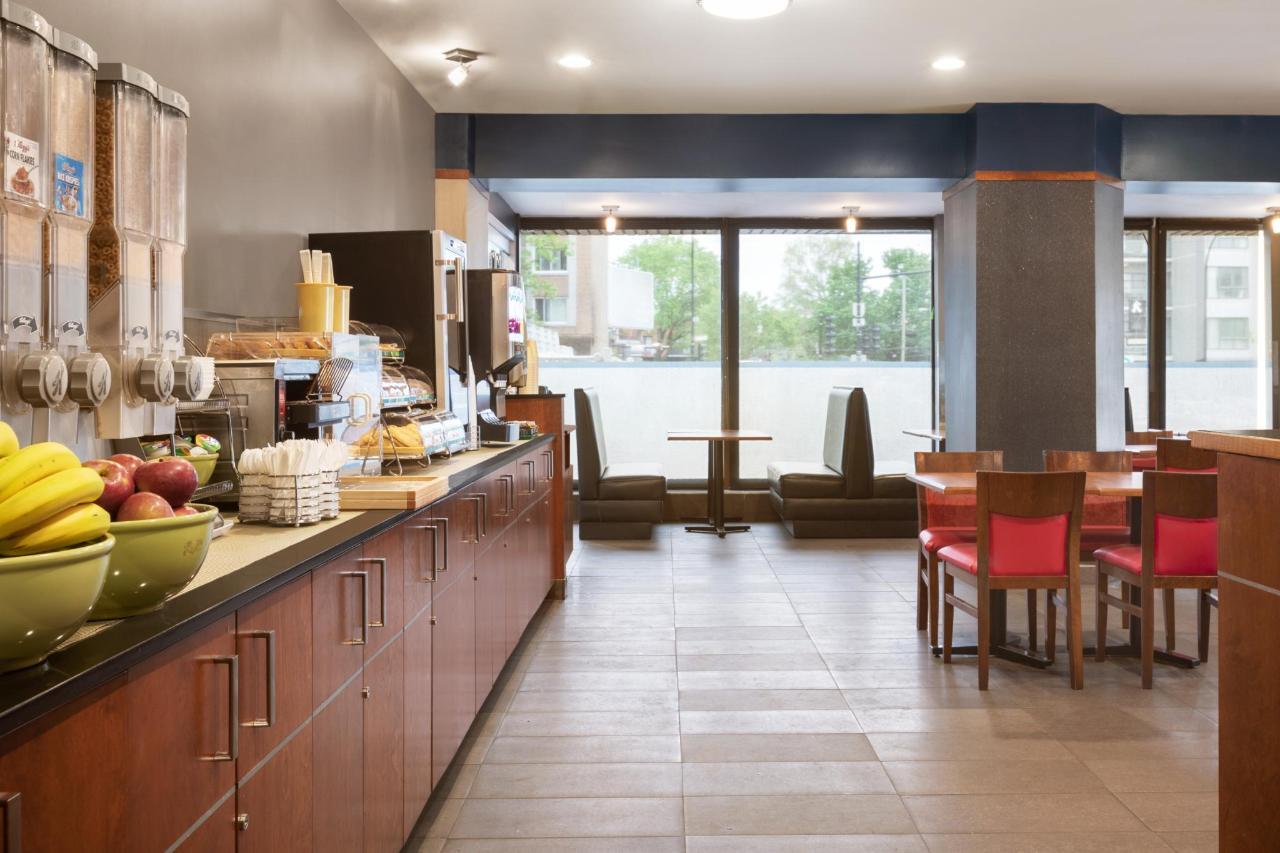 Ramada Montreal - Breakfast Area - 1284170.jpg