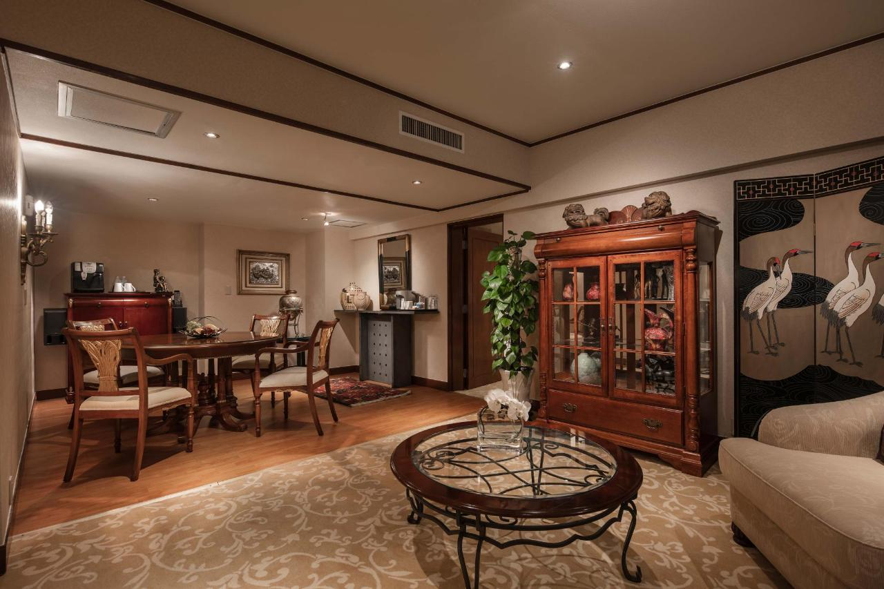 Pacific Suite Living Room_at_Hongqiao Jin Jiang Hotel_2.jpg