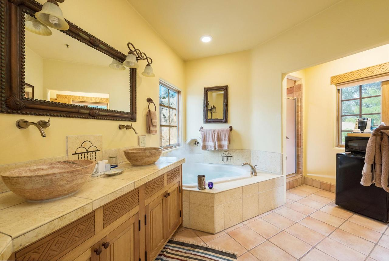 Anasazi Penthouse Deluxe Suite Jetted Tub and Deluxe Shower