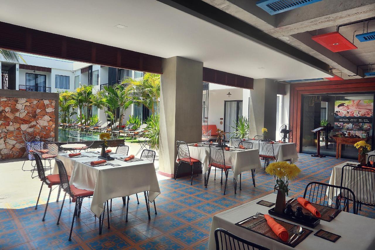 015-Restaurant_pool.jpg