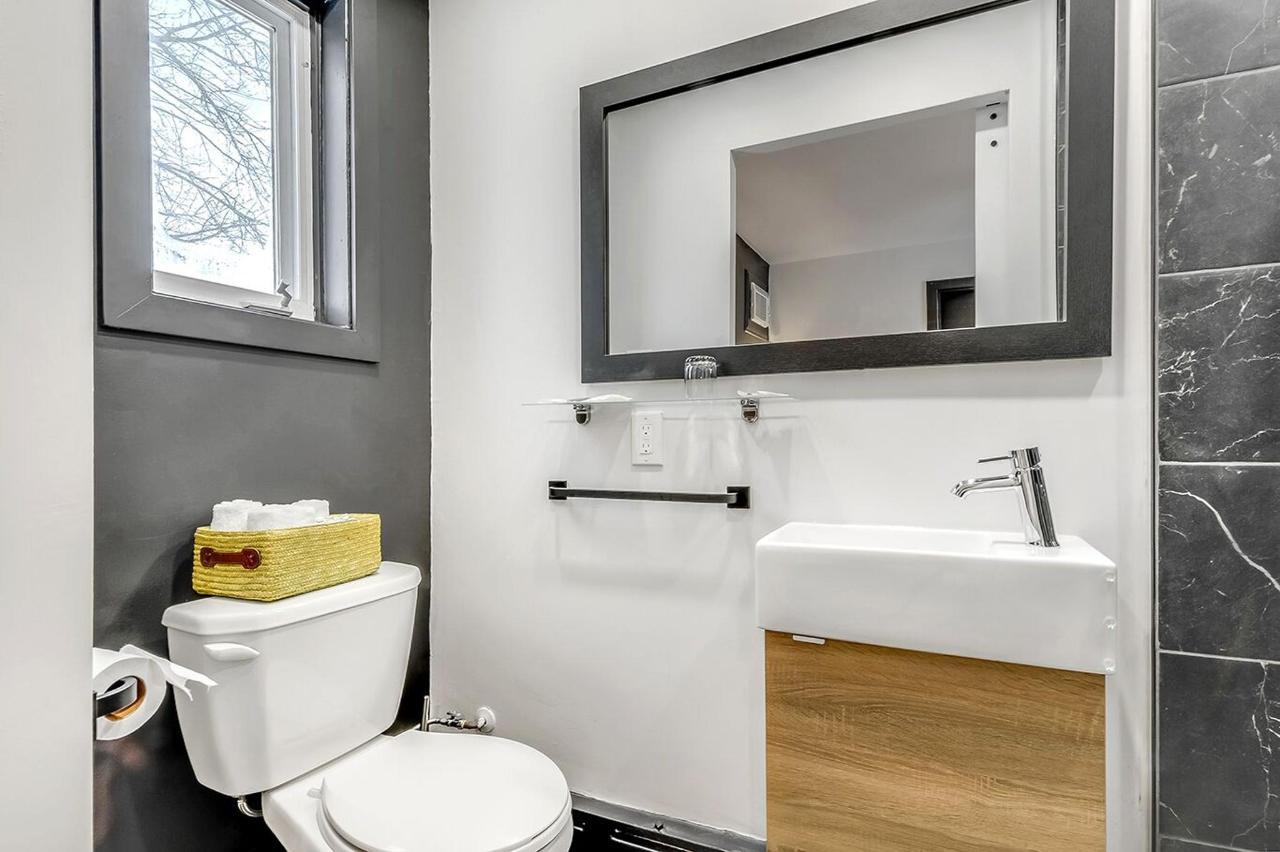 chambre #9 rénové , salle de bain.jpg