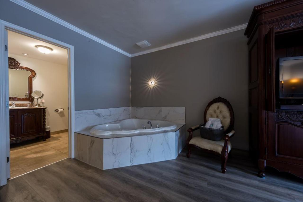 4-CHAMBRE RENOVÉE-Châteauneuf-1 lit king et 1 sofa lit double.jpg