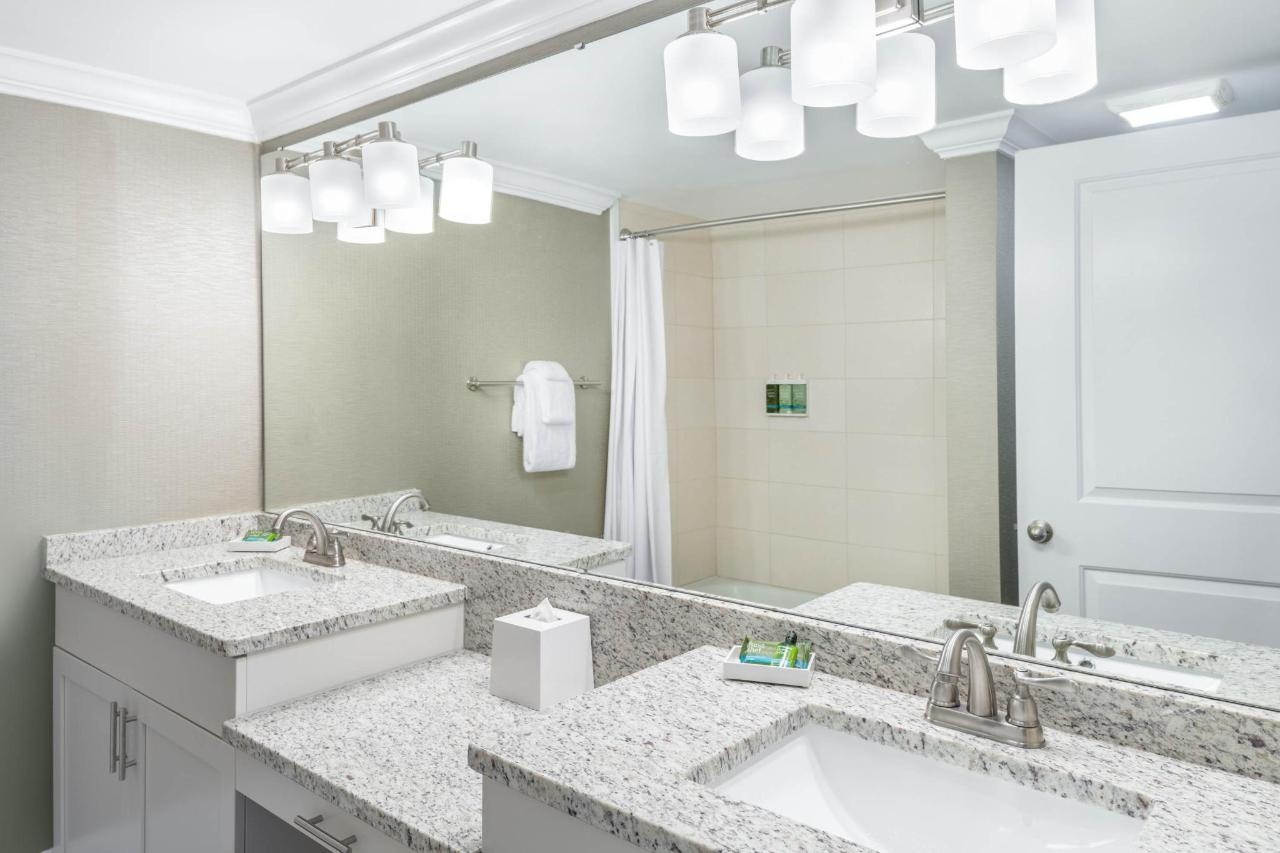 19. Double Queen Suite City View_SNQ4_901-Bathroom.jpg