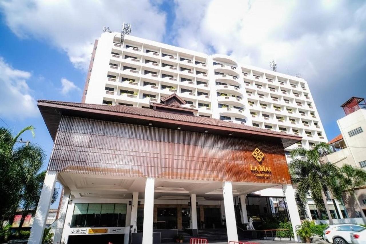 1 Hotel Entrance_810x540.jpg